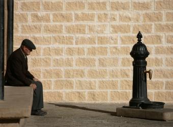 20120717124100-anciano-sentado-pollete-calle.jpg